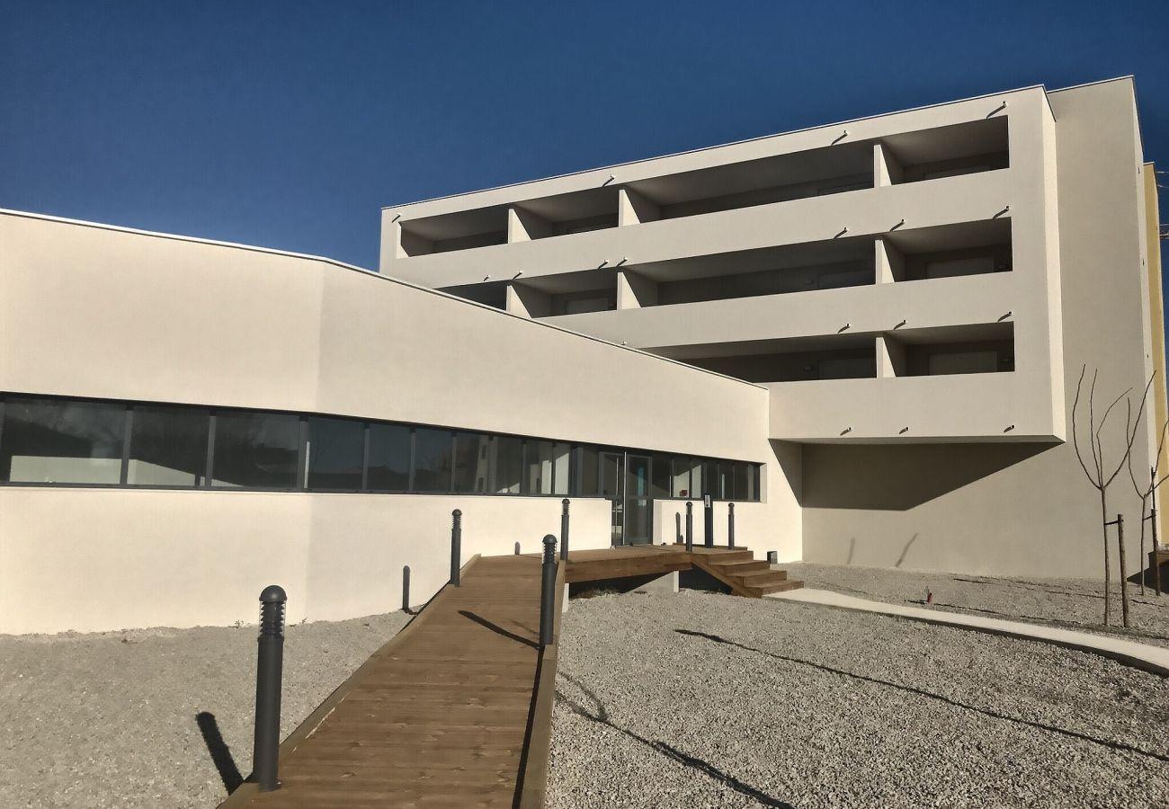 Villa à Valras-Plage - Villa accueillante pour 6 personnes dans une résidence sécurisée avec piscine chauffée. V11