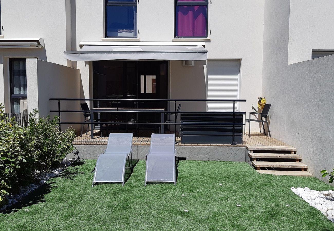 Villa à Sérignan - Confortable villa climatisée avec terrasse dans une résidence sécurisée pour 8 personnes à 500m de la plage